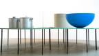 Das Kunstwerk «Acht Tische mit acht Gegenständen» der deutschen Künstlerin Katharina Fritsch das in der Ausstellung «One Million Years - System und Symptom» im Museum für Gegenwartskunst in Basel von 2014 bis 2015 zu sehen war.