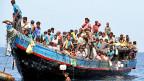 Vor der Küste der thailändischen Insel Phuket gerettet: Ein Schiff voller Flüchtlinge von der muslimischen Minderheit der Rohingya aus Burma.