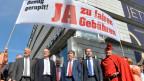 Mitglieder des Komitees der Kantonalen Volksinitiative «JA zu fairen Gebühren» bei einer Kundgebung an der Zürcher Bahnhofstrasse am 15. April 2015.