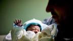 Die in eingetragener Partnerschaft lebenden Männer, die in den USA ein Kind von einer Leihmutter austragen liessen, werden nicht beide als Elternteil im Schweizer Personenstandsregister eingetragen.