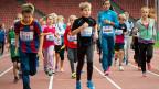 Sport bedeutet «kleinster Aufwand mit grösster Hebelwirkung», sagt Bundesrat Ueli Maurer. Sport spiele eine grosse Rolle bei Themen wie Gesundheit und Sozialpolitik. Bild: Kinder trainieren im Zürcher Stadion Letzigrund bei «Jugend trainiert mit Weltklasse».
