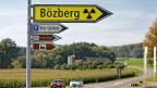 Der radioaktive Abfall der Schweiz könnte dereinst in den Untergrund des Bözberg verschwinden. (digital nachbearbeitetes Symbolbild, Wegweiser gelb eingefärbt und mit Nuklearzeichen versehen.)