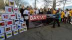 Aktivistinnen und Aktivisten des Referendumskomitees deponieren am 13. Januar 2015 die Unterschriften gegen eine zweite Gotthardröhre vor der Bundeskanzlei in Bern.