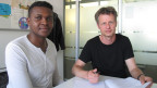 Miguel (links) hat seinen Lehrabschluss geschafft, dank der Unterstützung des Berner Case Managers Andreas Munter.