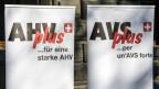 Plakate von Gewerkschaften stehen vor der Einreichung der Volksinititative «AHVplus: für eine starke AHV» vor der Bundeskanzlei in Bern am 17. Dezember 2013. Damit verlangt der Gewerkschaftsbund, dass die AHV-Renten um zehn Prozent erhöht werden.