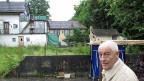 Immobilieninvestor Jost Schumacher beim Grundstück an der Bernstrasse in Luzern. Die alten, baufälligen Häuser bleiben einstweilen stehen.