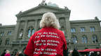 Eine Betroffene bei der Einreichung der Unterschriften für die «Wiedergutmachungsinitiative», am 19. Dezember 2014 in Bern.
