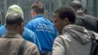 In den vergangenen Tagen und Wochen sind überdurchschnittlich viele Asylsuchende in die Schweiz gelangt. Angehöriger des Grenzwachtkorps mit neu angekommenen Migranten in Chiasso.