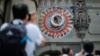 Die präzise Atomzeit und die astronomische Zeit mit der Erdrotation können mit der Zeit voneinander abweichen. Seit 1972 werden deshalb immer wieder Schaltsekunden eingefügt. Eine Sekunde, die gleichsam  die Zeiten verbindet. Was machen die Menschen mit der geschenkten Zeit?