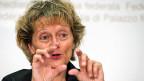 Das Sparprogramm sei notwendig, weil die Steuereinnahmen stagnierten, sagt Finanzministerin Eveline Widmer-Schlumpf an der Medienkonferenz in Bern.