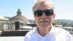 Bernhard Plattner auf der Terrasse des Dozentenfoyers mit Kuppel im Hintergrund.
