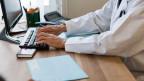Die Ärzte haben in den letzten beiden Jahren 140 Millionen Franken mehr fürs Aktenstudium verrechnet. Symboldbild.