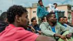 Junge Männer aus Eritrea nach ihrer Ankunft in der Schweiz, in der Zivilschutzanlage von Lumino.