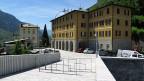 Eine Metallschranke markiert die schweizerisch-italienische Grenze.