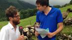 Luciano Marinello und Dominik Meier. Inmitten einer Schafherde sprechen sie über die Tücken des Geschäfts mit Lebensmitteln.