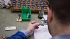 Im Industrie-Sektor wechseln 55 Prozent der Lehrabgängerinnen und Lehrabgänger in eine komplett andere Berufskategorie - weg von der Industrie.