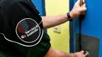 Das Gefängnispersonal mache häufig typische Fehler - zum Beispiel, Häftlinge auf mögliche Selbstmordgedanken anzusprechen, sagt der Direktor des Schweizerischen Ausbildungszentrums für das Strafvollzugspersonal.