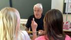 Rene Stöhr putzt als freiwilliger Helfer  die Wandtafel, korrigiert Aufgaben, ist Ansprechpartner für die Kinder und erklärt während dem Unterricht auch einmal seine Sichtweise. Die Viertklässlerinnen und Viertklässer schätzen das sehr.