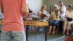 Im Proberaum üben die Musikerinnen und Musiker für ihren Auftritt dieses Wochenende am Alpentöne-Festival. Am Hackbrett: Chris Pfändler. Sähe man sein Instrument nicht, würde nichts darauf hindeuten, dass er Volksmusiker ist.