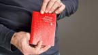 Wann können Ausländerinnen und Ausländer den Schweizer Pass beantragen - und vor allem: wann dürfen sie es nicht? Der Bundesrat hat die konkreten Kriterien für die Einbürgerung festgelegt.