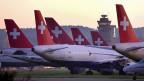 Mit der Übernahme der Swiss durch die deutsche Lufthansa im Jahr 2005 befürchteten viele, die Swiss werde ihre Eigenständigkeit verlieren. Vor diesem Hintergrund wurde am 3. Oktober 2005 für die Dauer von zehn Jahren die Swiss Luftfahrtstiftung SLS gemeinsam vom Bundesrat, der Swiss und der Lufthansa eingesetzt. Bild: Swissair-Grounding im Oktober 2001.