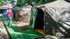 Bei bestehenden Asylunterkünften in Aarau, Buchs und Villmergen hat die Schweizer Armee bereits Ende Juli im Auftrag der Kantone provisorische Zeltunterkünfte aufgebaut. Bild: Mehr Platz für Asylsuchende in Aarau.