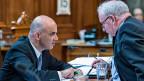 Bundesrat und Sozialminister Alain Berset und Jürg Brechbühl, Direktor des Bundesamts für Sozialversicherung, tauschen sich aus - während der Debatte über die Erhöhung der AHV-Rente im Ständerat.
