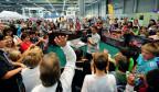Dutzende Jugendliche und Kinder feiern an der Eröffnung der Suisse Toy.