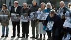 Ehemalige Verdingkinder und Opfer fürsorgerischer Zwangsmassnahmen posieren mit Kinderfotos vor dem Bundeshaus. Bild vom 31.3.2014.