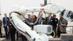 Bundesrat Johann Schneider-Ammann (Mitte) besucht das Robotische Fertigungslabor an der ETH Zürich.
