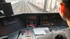 Ein Lokführer verwendet die neue WarnApp (LEA) anlässlich einer Demonstration.
