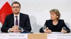 UBS und Credit Suisse müssen künftig mindestens fünf Prozent ihres harten Eigenkapitals als Reserve halten. Bundesrätin Eveline Widmer-Schlumpf (rechts) und Thomas J. Jordan, Präsident SNB.