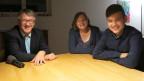 Regierungsrat Markus Züst, Christa Züst und der 15-jährige Hamed – im Wohnzimmer der Familie Züst in Altdorf.