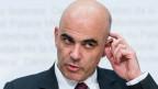 Bundesrat Alain Berset will noch immer nicht, dass das Pensionskassengeld für Häuser, Weltreisen oder anderes verprasst wird.