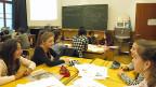 Was geht die aktuelle Flüchtlingssituation die Schülerinnen und Schüler der 7. Klasse im Spitalacker-Schulhaus in Bern an? Direkt neben dem Schulhaus, in der alten Berner Feuerwehrkaserne, leben seit dem Sommer 150 Flüchtlinge.
