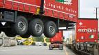 Die Gütertransporte auf der Strasse sind zwar von 1,4 Millionen auf eine Million zurückgegangen; das zeigt der neue Bericht des Bundesrates zur Verkehrsverlagerung. Trotzdem müssen noch mehr Güter auf die Schiene verlagert werden.
