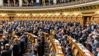 Der Applaus nach der Rede von Bundesrätin Eveline Widmer-Schlumpf dauert minutenlang, Standing Ovation, alle sind aufgestanden, auch die SVP-Fraktion.