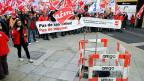 Endlich haben sich Gewerkschaften und Baumeister auf einen Gesamtarbeitsvertrag geeinigt. Bild: Protest von Unia-Gewerkschaftern.