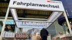 Pendlerinnen und Pendler sind gefordert im neuen Zürcher Durchgangsbahnhof. Bild: Infostand zum Fahrplanwechsel in Zürich.