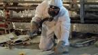 Für Asbestopfer, die schon heute von ihrer Krankheit wissen, soll es eine Ausnahme geben. Allerdings auch nur dann, wenn für sie kein Fonds zustande kommt, aus dem sie finanziell entschädigt werden können. Bild: Arbeiter bei einer Asbestsanierung im Februar 2003.