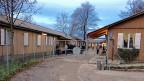 Der Bund, der für das Test-Asylzentrum in Zürich Altstetten verantwortlich ist, hat bewusst auf eine interne Schule gesetzt. Das erspare den Volksschulen im Quartier ein Kommen und Gehen. Ausgelegt war das Schulkonzept auf 24 Kinder in zwei Klassen, jetzt sind es fast 70, verteilt auf vier Klassen.