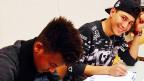 Von den schwierigen Lebensgeschichten der jungen Menschen merkt man im Klassenzimmer nicht viel. Lehrerin Dominique Federer sagt, sie spüre aber immer wieder, dass einige Jugendliche traumatisiert seien. Helfen könne sie besten, indem sie mit ihnen nicht ständig über ihre Lebensgeschichten spreche. Bild: Der Eritreer Alexander und der Syrer Ashraf.