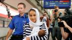 Im 2015 kamen rund 40'000 Asylsuchende in die Schweiz. Nur 112 Personen mussten Vermögenswerte abgeben. Weniger als eine Viertelmillion Franken kam so zusammen. Bild: Eine syrische Migrantin bei der Ankunft in Buchs, SG.