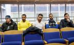 Der Anwalt fordert, dass den Leuten wenigstens der Lohn weiterbezahlt wird, während die vertieften, geheimen Abklärungen der Behörden laufen. Bild: Fünf der betroffenen Flughafenangestellten.