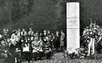 «Goodby Everybody». Mit den beiden Piloten der Swissair-Maschine verloren 45 weitere Personen das Leben. Bild: Gedenkfeier für die Opfer im Jahr 1980, beim Denkmal an der Absturzstelle.