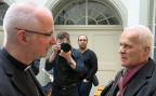 Bischof Charles Morerod trifft Jean-Louis Claude, eines der Opfer.