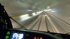 Selbst, wenn ein Zug mitten im Gotthard-Basistunnel Feuer fangen würde, kämen alle sicher aus dem Tunnel, versichert die SBB.