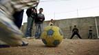 Überall auf der Welt lieben Kinder das Fussballspielen. Der Weltfussballverband Fifa hat sich zum Ziel gesetzt, mithilfe von Entwicklungsprojekten Menschen glücklicher zu machen.
