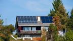 Die Frage, wer mit seiner Stromrechnung wie viel an den Unterhalt der Stromnetze bezahlt, wird sich bald nicht mehr nur für Solaranlagen-Besitzer stellen. Mit dem neuen Stromversorgungsgesetz wird diese Frage bald auch für alle anderen Stromkunden und Stromkundinnen zum Thema werden.