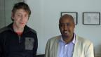 Schreiben kann lebensgefährlich sein. In einigen Staaten der Welt werden Autorinnen und Autoren verfolgt, inhaftiert, gefoltert. Der grösste Teil seiner Arbeit bestehe daraus, Menschenrechtsverletzungen der eritreischen Regierung aufzudecken, sagt Schriftsteller Mekonnen. Dies sei gefährlich, sogar im Ausland. Bild: Adi Blum vom Deutschschweizer PEN-Zentrum und der eritreische Menschenrechtsaktivist und Lyriker Daniel Mekonnen im Luzerner Atelier.
